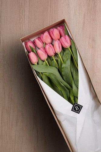 Caja de material ecológico reciclado + 10 Tulipanes.  Medidas: 71cm x 18cm*Tulipanespodríanpresentar uncolor verdoso los primeros diascomo signo de frescura. Utilizamos botonesrecien cortados para disfrutarel maximo tiempo de vida de estas preciosasflores.*Colores sujetos a disponibilidad. Por favor, elige 2 opciones: