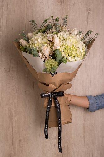 12 Rosas Blancas + Mix de Flores (Astromelias,Hortensias,etc) + Lucky Quote  *Flores de temporada podrían ser reemplazadas por otras similares.