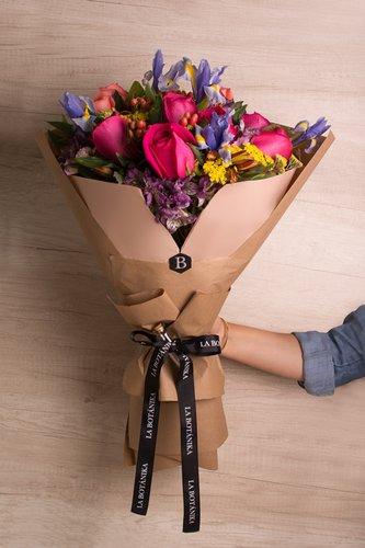 12 Rosas Fucsias + Mix de Flores (Astromelias, Achillea, Iris, etc) + Lucky Quote  *Flores de temporada podrían ser reemplazadas por otras similares.