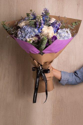 12 Rosas blancas + Mix de Flores (Hortensias, Margaritas, etc) + Lucky Quote  *Flores de temporada podrían ser reemplazadas por otras similares.
