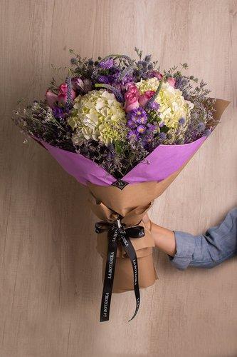 12 Rosas lilas + Mix de Flores (Astromelias, Margaritas, Hortensias, Verónicas, etc) + Lucky Quote  *Flores de temporada podrían ser reemplazadas por otras similares.