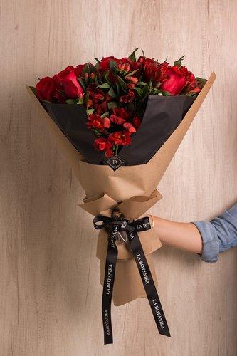 12 Rosas rojas + Mix de Flores (Astromelias e Hipericum) + Lucky Quote.  *Flores de temporada podrían ser reemplazadas por otras similares.