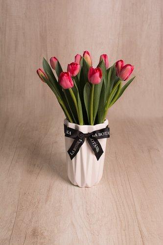 Florero de cerámica + 10 tulipanes.  Medidas de florero: 12cm x 19 cm*Tulipanespodríanpresentar uncolor verdoso los primeros diascomo signo de frescura. Utilizamos botonesrecien cortados para disfrutarel maximo tiempo de vida de estas preciosasflores.  *Colores sujetos a disponibilidad. Por favor, elige 2 opciones: