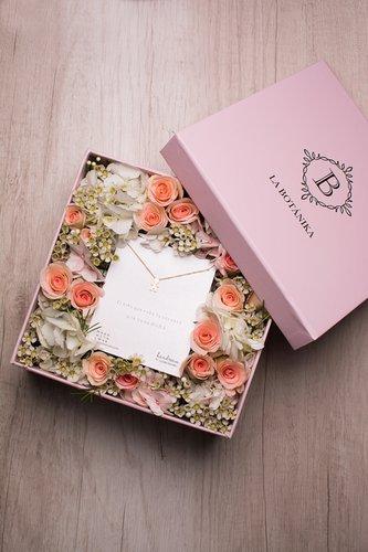 Caja rosada + 12/16 rosas + Mix de flores + Collar de plata bañado en oro 18K.   Medidas: 20cm x 20cm.