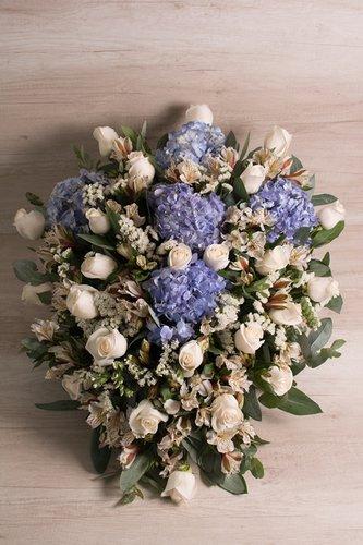 Rosas Blancas + Mix de flores (Astromelias, hortensias, estatis, eucalipto, etc)  Medida Regular: 24/25 Rosas  Medida XL: 48/50 Rosas  *Flores de temporada podrían ser reemplazadas por otras similares.