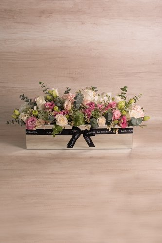 Base rectangular revestida de espejo + 25 rosas blancas + Mix de flores (Hortensias, Lisianthus, Silver dollar, etc)   Medidas: 51cm x 18 cm  *Flores de temporada podrían ser reemplazadas por otras similares.