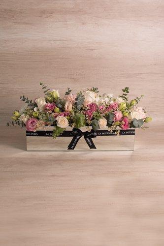 Base rectangular revestida de espejo + 25 rosas blancas + Mix de flores (Hortensias, Lisianthus, Silver dollar, etc)  Medidas: 51cm x 18 cm  *Flores de temporada podrían ser reemplazadas por otras similares.