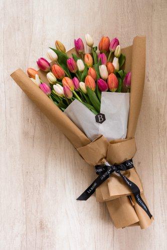 30 Tulipanes + Lucky Quote.  *Tulipanespodríanpresentar uncolor verdoso los primeros diascomo signo de frescura. Utilizamos botonesrecien cortados para disfrutarel maximo tiempo de vida de estas preciosasflores.