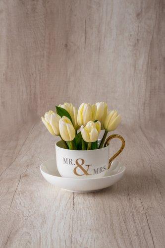Taza importada + 10 Tulipanes Blancos.