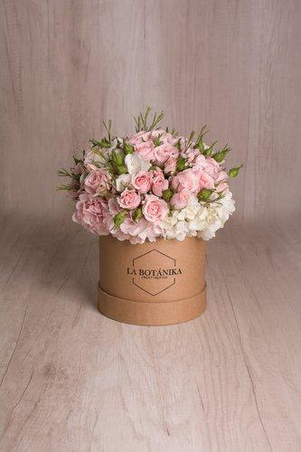 Caja redonda de material ecológico reciclado + Mini Rosas + Mix de Flores  Medidas: 15cm x 15cm