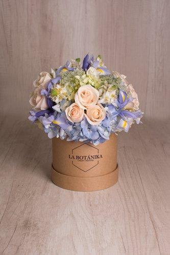 Caja redonda de material ecológico reciclado + 12/18 Rosas + Mix de Flores  Medidas: 15cm x 15cm
