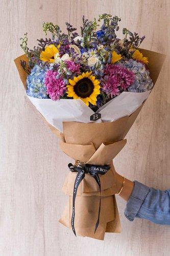 12 Rosas blancas+ 6 Girasoles+ Mix de Flores (Delphinium, Limonium, Hortensias, etc) + Lucky Quote  *Flores de temporada podrían ser reemplazadas por otras similares.