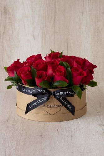 Caja redonda de material ecológico reciclado + 24Rosas Rojas + Follaje.  Medida caja: 26cm x 12cm  * Flores de temporada podrían ser reemplazadas por otras similares.