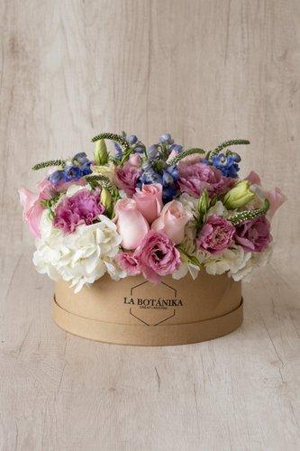 Caja redonda de material ecológico reciclado + 12Rosas +Mix de Flores (Lisianthus, Verónicas, etc)  Medida caja: 26cm x 12cm  * Flores de temporada podrían ser reemplazadas por otras similares.