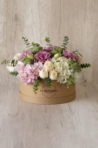 Caja redonda de material ecológico reciclado + 12Rosas + Lisianthus+Mix de Flores (Hortensias, Silver Dollar, etc)  Medida caja: 26cm x 12cm  * Flores de temporada podrían ser reemplazadas por otras similares.