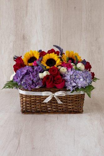 Canasta+ 12Rosas+ 5Girasoles + Mix de Flores (Verónicas, Hortensias, etc.)  Medida base: 35cm x 25cm* Flores de temporada podrían ser reemplazadas por otras similares.