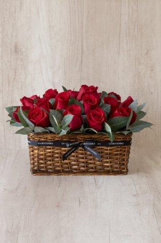 Canasta+ 24Rosas Rojas + Follaje.  Medida base: 35cm x 25cm* Flores de temporada podrían ser reemplazadas por otras similares.