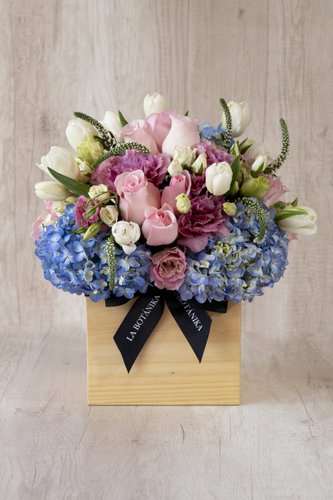 Cubo de madera + 25Rosas + 10 Tulipanes + Mix de Flores.  Medida base: 20cm x 20cm
