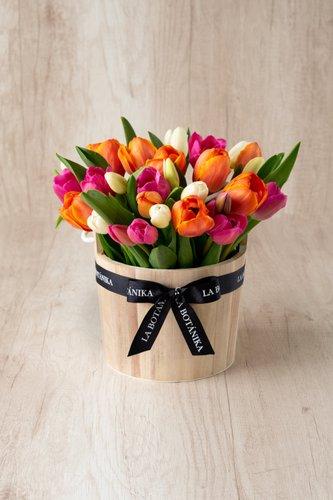 Barril de madera + 30 Tulipanes.  *Tulipanespodríanpresentar uncolor verdoso los primeros diascomo signo de frescura. Utilizamos botonesrecien cortados para disfrutarel maximo tiempo de vida de estas preciosasflores.