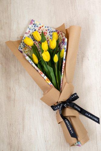 10 Tulipanes + Papel importado +Lucky Quote*Tulipanespodríanpresentar uncolor verdoso los primeros diascomo signo de frescura. Utilizamos botonesrecien cortados para disfrutarel maximo tiempo de vida de estas preciosasflores.