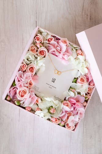 Caja rosada + 12/16 rosas + Mix de Flores + Collar de plata bañado en oro 18K.  Medidas: 20cm x 20cm