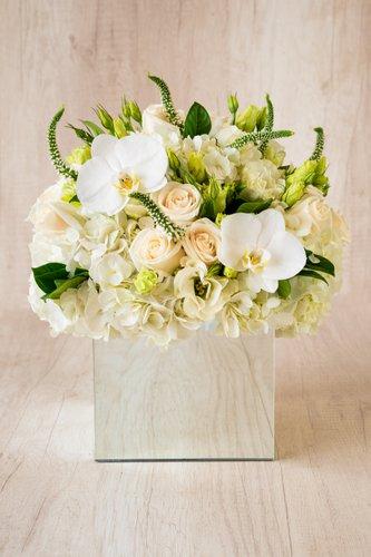 Cubo revestido de espejo + 24 Rosas + Flores de Orquídea+ Mix de Flores.  Medida base: 18cm x 18cm