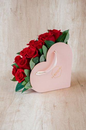 Caja Rosada con 12 Rosas Rojas + Eucalipto