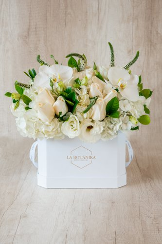 Caja de material plastificado+ 20/24 Rosas + Flores de Orquídea+ Mix de Flores.  Medida base: 22cm x 16cm