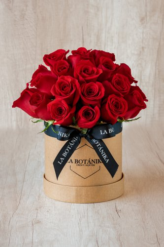 Caja redonda de material ecológico reciclado + 20/25 Rosas  Medidas: 15cm x 15cm
