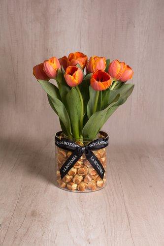 Base circular transparente rellena de 80/85 Reeses importados (mantequilla de maní) + 10 Tulipanes.  Medidas: 17cm x 17cm