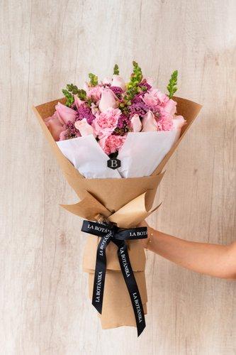 20 Rosas Rosadas+Mix de Flores (Cavel importado,Achillea, etc) + Lucky Quote  *Flores de temporada podrían ser reemplazadas por otras similares.