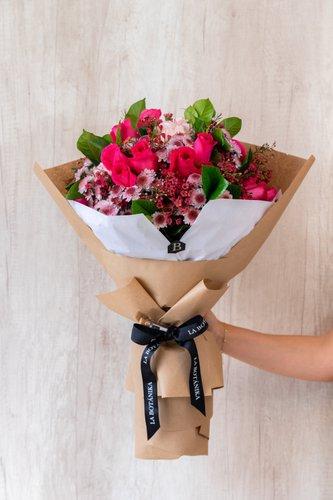 22/24 Rosas Fuccias+ Mix de Flores (Wax, Hortensias, etc) + Lucky Quote  *Flores de temporada podrían ser reemplazadas por otras similares.