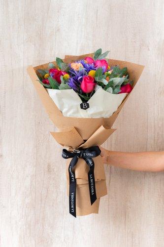 22/24 Rosas fuccias + Mix de Flores (Agapanto, clavel,etc) + Lucky Quote  *Flores de temporada podrían ser reemplazadas por otras similares.