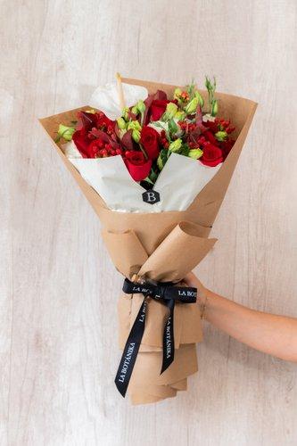 !2 Rosas rojas+ Anturio + Mix de Flores (Lisianthus,Hipericum,etc) + Lucky Quote  *Flores de temporada podrían ser reemplazadas por otras similares.