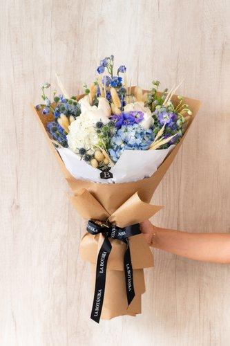 12 Rosas Blancas+ Mix de Flores (Delfinium, sacuara,etc) + Lucky Quote  *Flores de temporada podrían ser reemplazadas por otras similares.