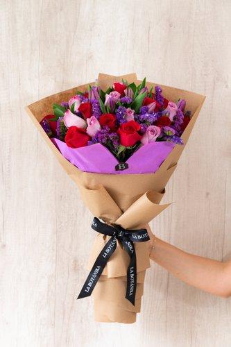 10 Tulipanes Morados + 12Rosas Lilas+ 12 Rosas Rojas +Mix de Flores + Lucky Quote  *Flores de temporada podrían ser reemplazadas por otras similares.