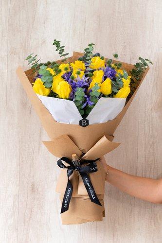 20/24Rosas Rosas amarillas+ Mix de Flores (Silver dollar, Agapanto, etc) + Lucky Quote  *Flores de temporada podrían ser reemplazadas por otras similares.