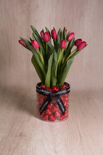 Base circular transparente rellena de 70/75 chocolates veganos cacao peruano + 10 tulipanes.  Medidas: 17cm x 17cm