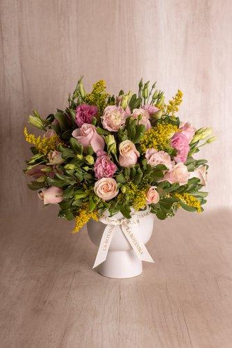 Florero de cerámica blanco+ 24rosas rosadas + Mix de flores (Lisianthus, Stilver, etc).  Medidas florero: 19cm x16cm  *Flores de temporada podrían ser reemplazadas por otras similares.