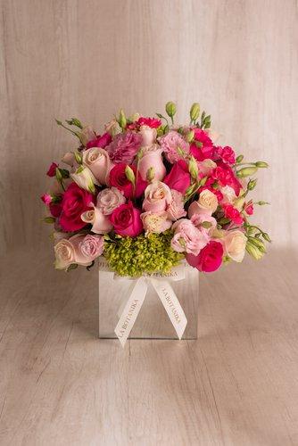 Cubo revestido de espejo + 50Rosas +Mix de Flores (Lisianthus, hortensias, etc).  Medida base: 18cm x 18cm
