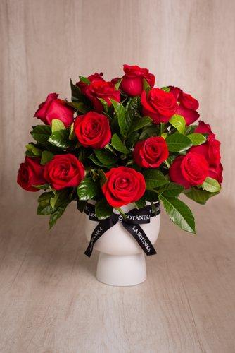 Florero de cerámica blanco+ 24rosas rojas + Hoja de gardenia.  Medidas base: 19cm x16cm  *Flores de temporada podrían ser reemplazadas por otras similares.