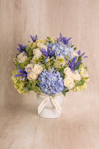 Copón de cerámica blanco+ 24 Rosas blancas+ Mix de flores (Estrella de belén, Iris, Hortensias, etc).  Medidas florero: 19cm x16cm  *Flores de temporada podrían ser reemplazadas por otras similares.