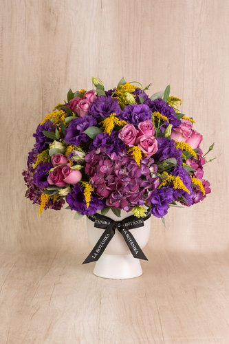 Copón de cerámica blanco+ 24 Rosas Lilas+ Mix de flores (Lisianthus, Stilver, Hortencias,etc).  Medidas florero: 19cm x16cm  *Flores de temporada podrían ser reemplazadas por otras similares.