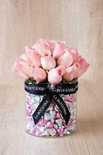 Base circular transparente rellena de 1 kilo de Kisses importados (chocolatede leche) + 21/25 rosas rosadas  Medidas: 17cm x 17cm