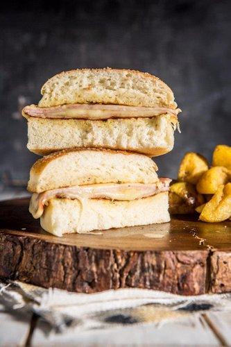 Brioche tostado a la francesa con bondiola ahumada, acompañado de queso mozzarella y queso emmental derretido.