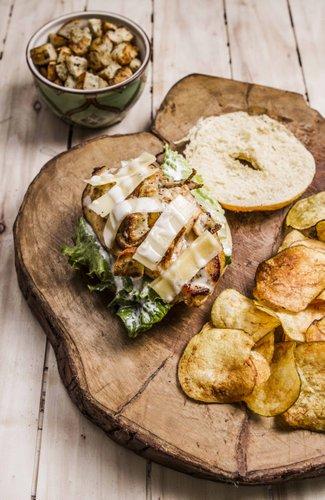 Pechuga de pollo a la plancha acompañada de croutons, queso parmesano rallado, lechuga orgánica y nuestro alioli casero.