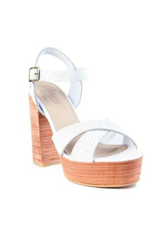 Zapatos de taco de maderoa y tiras de cuero.