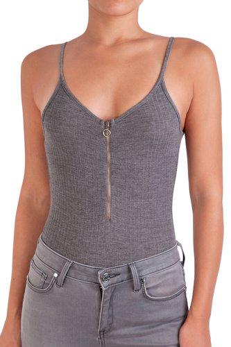 Body basico de rib con espalda baja, tiritas y detalle de cierre pequeño en el escote.