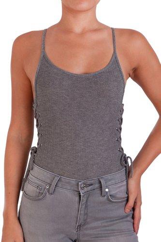Body basico de rib, con espalda baja, tiritas y detalle en los costados.