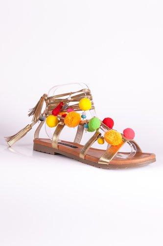 Sandalias doradas con pompones y aplicaciones. Confeccionadas a mano.